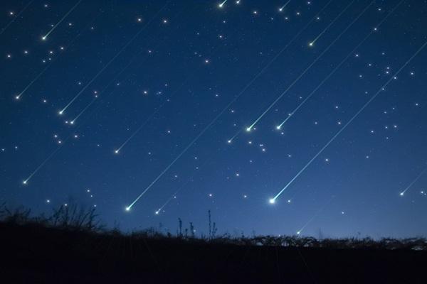 A grande quantidade de meteoros que passam no céu em determinadas épocas do ano é chamada de chuva de meteoros