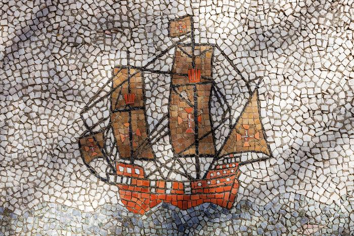 Os portugueses chegaram ao Brasil em 1500 e, na década de 1530, implantaram o sistema de capitanias hereditárias como mecanismo de colonização.