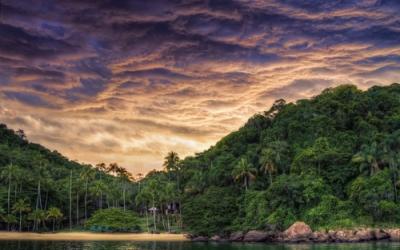 Céu nublado na cidade de Angra dos Reis (RJ). Efeito da ação da massa Tropical Atlântica