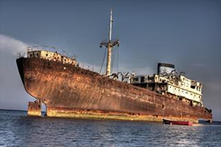 A maresia e o contato direto com a água do mar aceleram o processo de corrosão e tornam o navio enferrujado