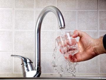 A água potável é aquela própria para o consumo humano