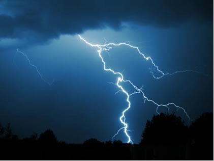 Os relâmpagos fornecem a energia de ativação necessária para que ocorra a reação entre os gases oxigênio e nitrogênio na atmosfera