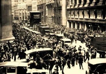 As ruas de Nova York abarrotadas por investidores prejudicados com a quebra da bolsa.