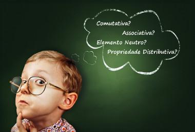 As propriedades da multiplicação dos números inteiros são: comutativa, associativa, elemento neutro e distributiva