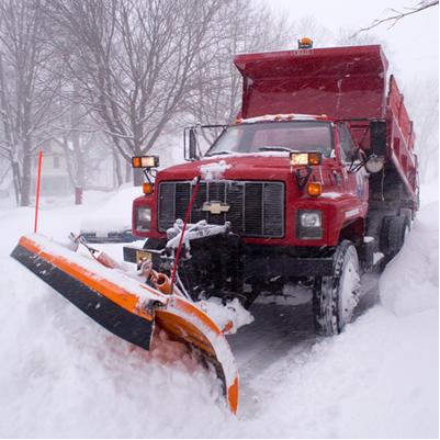 Caminhão retirando neve das estradas*