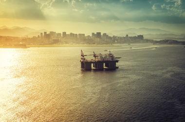 Extração de petróleo na zona econômica exclusiva próxima ao litoral do Rio de Janeiro