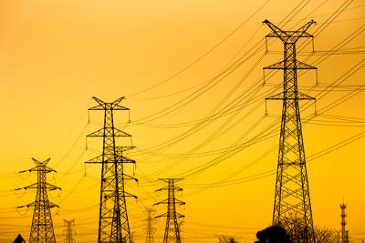 A eletricidade é transmitida pelas torres de transmissão