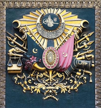 Acima, emblema do Império Otomano *