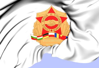 Acima, bandeira com símbolo do Pacto de Varsóvia, criado em 1955
