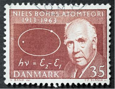 Um selo impresso em 1963 na Dinamarca mostra imagem de Niels Bohr comemorando o cinquentenário da sua famosa teoria atômica*