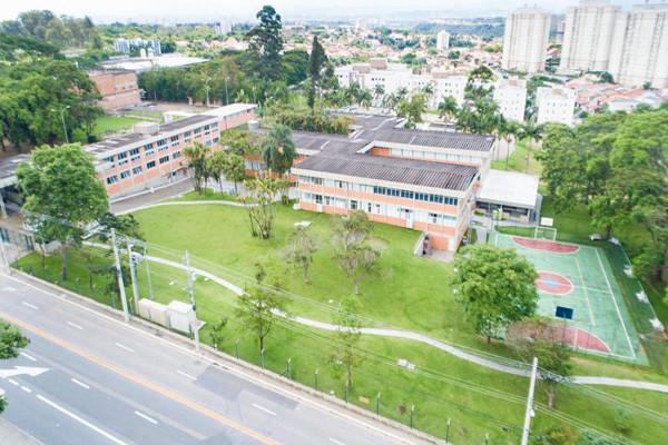Foto aérea do prédio da Faculdade Humanistas, em São José dos Campos