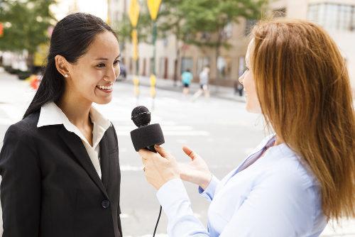 repórter entrevistando uma mulher