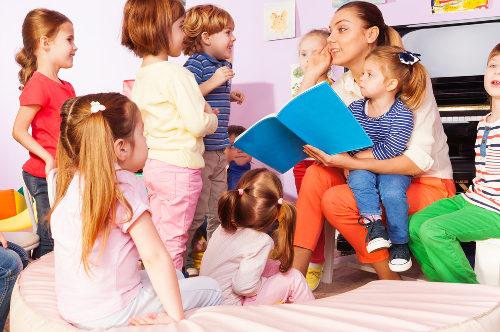 professora de educação primária com crianças em sala de aula