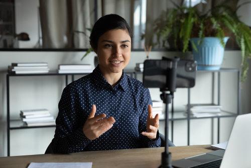 mulher gravando vídeo em celular