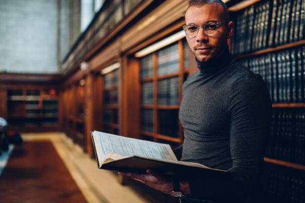 Historiadores podem trabalhar em bibliotecas