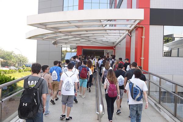 Estudantes ingressando no prédio da FEI