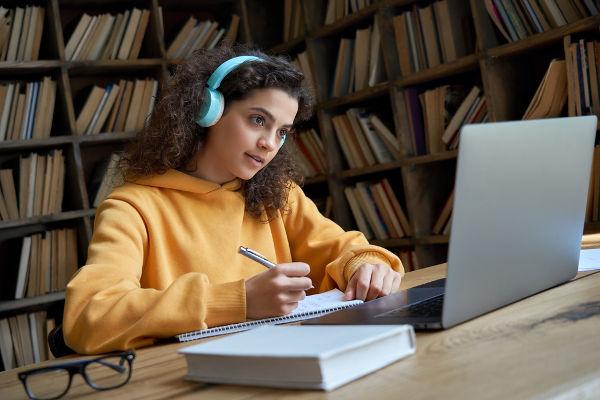 Estudar pela internet é uma maneira de se preparar para vestibulares de meio de ano
