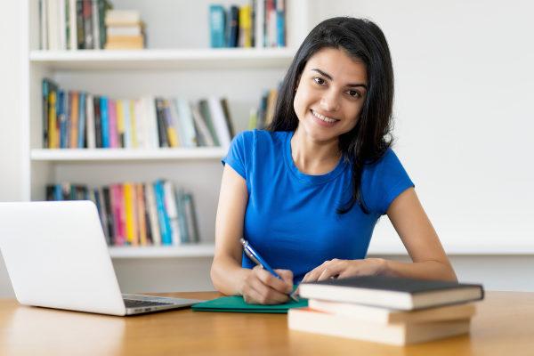 Estudante estuda obras literárias