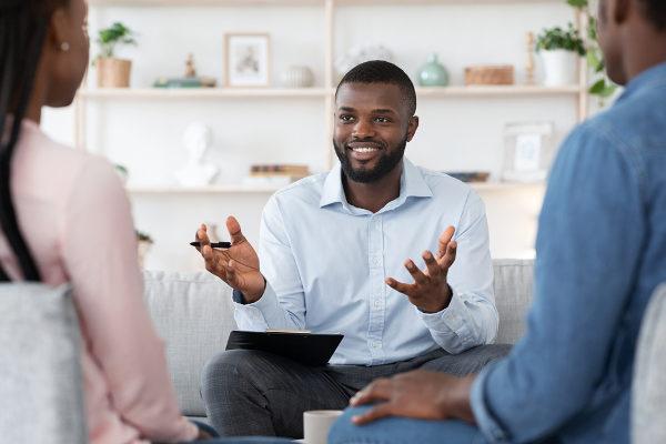 Psicólogo em atendimento em consultório