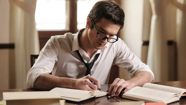 homem lendo e escrevendo