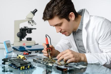Engenheiro eletrônico lida com placas, transistores ecircuitos encontrados em computadores e aparelhos similares