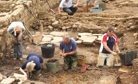 Entre outras coisas, o Arqueólogo estuda a história da humanidade por meio de objetos que indicam a presença humana.