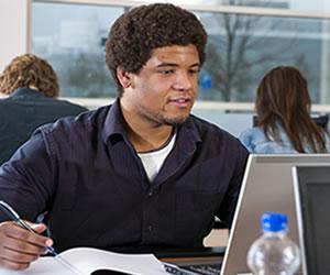 Alguns estudante além de se dedicarem ao vestibular, precisam dividir a tarefa com atividades profissionais