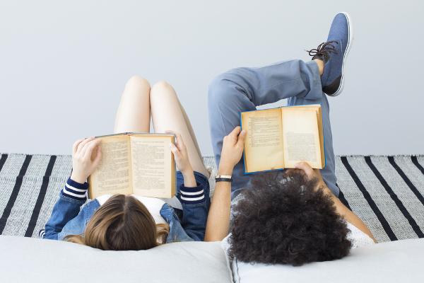 Aproveitar as férias para ler os livros que caem no Vestibular e Enem é conciliar estudo e diversão