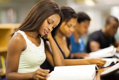 As universidades estaduais desenvolvem ações afirmativas para incluir estudantes negros e oriundos de escolas públicas.