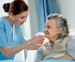 Demanda por profissionais graduados em Enfermagem e especialistas em saúde da terceira idade vem aumentando