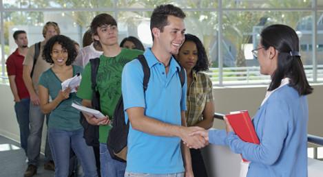 Depois de comemorar aprovação no vestibular, estudantes devem efetuar a matrícula