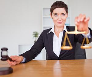 O graduado em Direito pode exercer a profissão como advogado, em várias instâncias