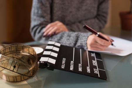 O profissional de Cinema e Audiovisual atua em todas as fases de produção de material cinematográfico, da pré a pós-produção.
