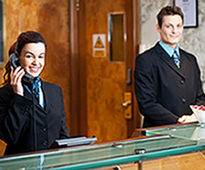 O profissional de hotelaria atua na maioria das vezes em redes hoteleiras e de turismo