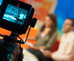 Profissionais graduados em Jornalismo atuam prioritariamente em rádio, televisão, jornal, revista, internet, empresas e editoras