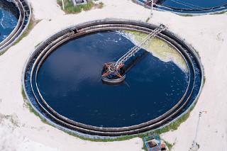 Questões sobre separação de misturas no Enem geralmente estão associadas com o tratamento de água. Na figura, temos um tanque de decantação