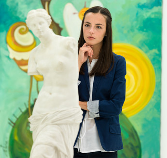 Um profissional de História da Arte é capacitado para realizar um leitura crítica de qualquer expressão artística.